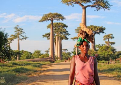 mujer-en-avenida-baobabs
