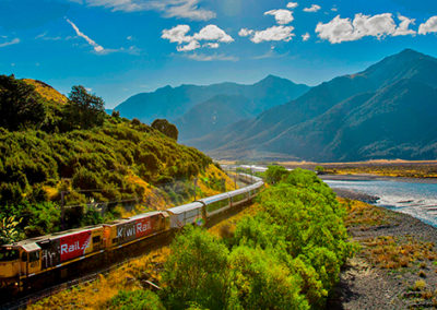 experiences-escorted-journeys-hero-1-tranz-alpine-train-new-zealand-waimakariri-river-2000x837